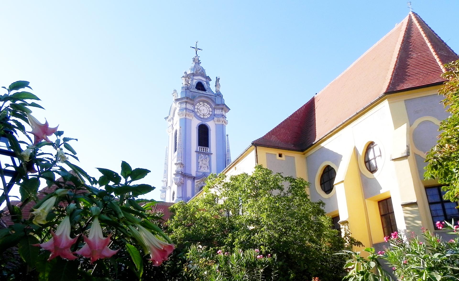 Garten mit Kirchturm